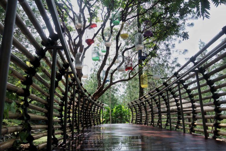Fasilitas jembatan kayu yang Instagramable di Taman Wisata Bougenville, Bandung.