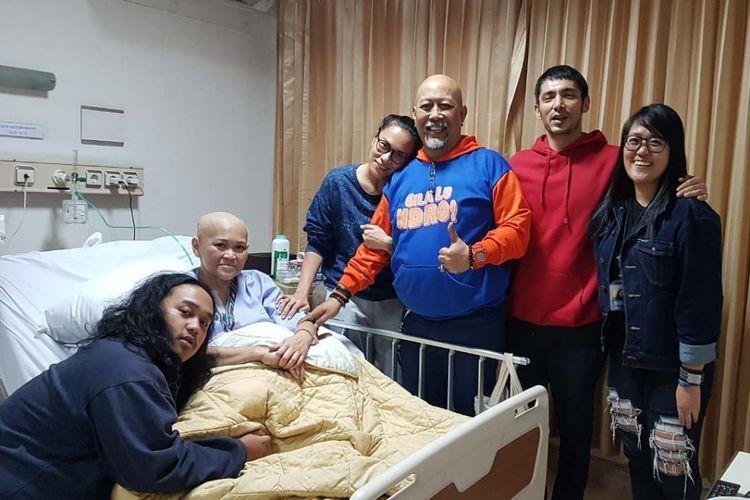 Istri Indro Warkop, Nita Nita Octobijanthy (kedua dari kiri), saat dirawat di rumah sakit karena menderita penyakit kanker paru-paru.