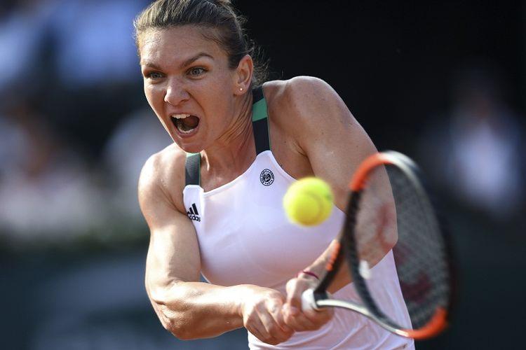 Petenis Rumania, Simona Halep, mengembalikan bola ke arah lawannya, Karolina Pliskova (Republik Ceko), pada laga semifinal Perancis Terbuka (Roland Garros) 2017 di Paris, Perancis, Kamis (8/6/2017).