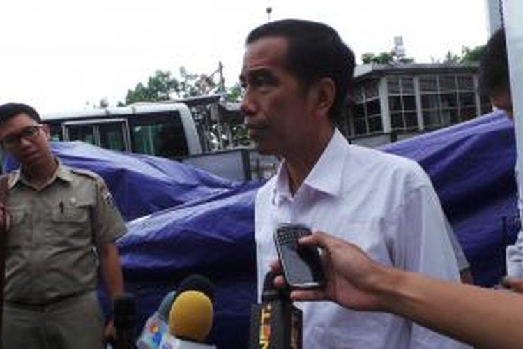 Gubernur DKI Jakarta Joko Widodo saat meninjau pembangunan terminal Manggarai, Selasa (31/12/2013).
