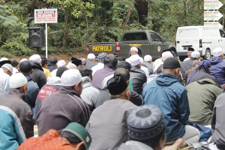 Ratusan pedagang di TWA Gunung Tangkuban Parahu menggelar istigosah dan doa bersama di gerbang utama TWA Gunung Tangkuban Parahu, Cikole, Lembang, Kabupaten Bandung Barat, Senin  (5/8/2019).