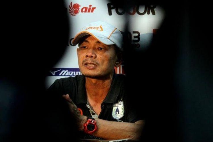 Pelatih Persipura Jayapura, Liestiadi saat memberikan keterangan ke media seusai timnya dikalahkan Madura United pada laga pekan ke-10 Liga 1 di Stadion Gelora Bangkalan, Rabu (7/6/2017). Liestiadi akhirnya mundur sehari selepas laga itu dari kursi panas pelatih Persipura.