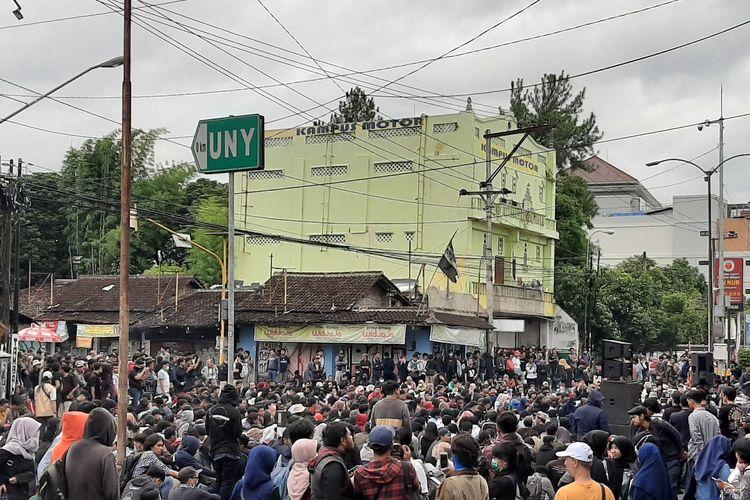 Aliansi Rakyat Bergerak saat mengelar aksi di simpang Tiga Gejayan, Jalan Affandi, Sleman. Polisi mengalihkan arus kendaraan yang menuju Simpang Tiga Gejayan.