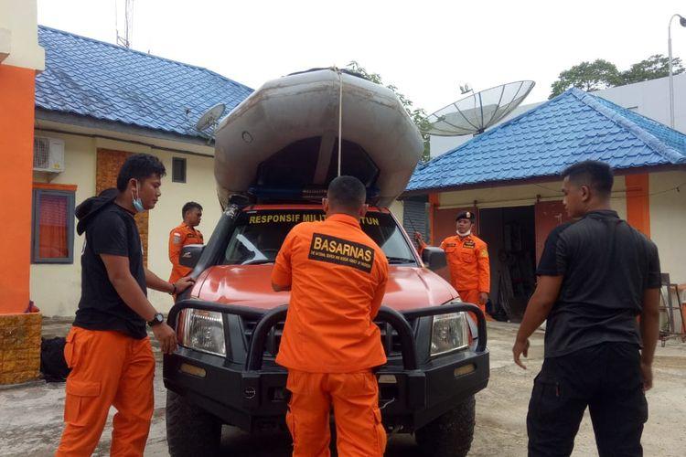 Personel Basarnas Nias, usai menerima laporan musibah kecelakaan di laut, langsung mempersiapkan peralatan penyelamatan dan menuju lokasi peristiwa.