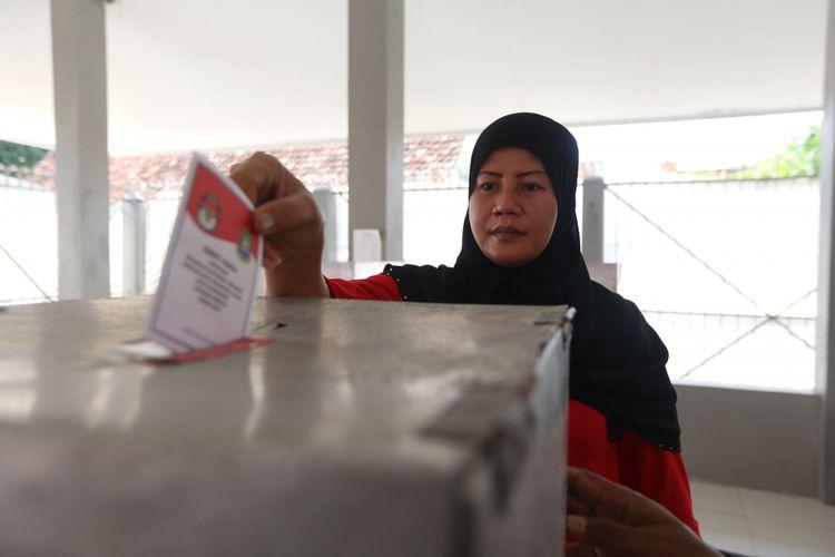 Sejumlah warga binaan menggunakan hak pilihnya di Tempat Pemungutan Suara (TPS) khusus di dalam Lapas Anak Wanita Kota Tangerang, Rabu (27/6/2018).  Sebanyak 31 warga binaan di TPS ini memberikan suara pada Pemilihan Kepala Daerah (Pilkada) serentak 2018.