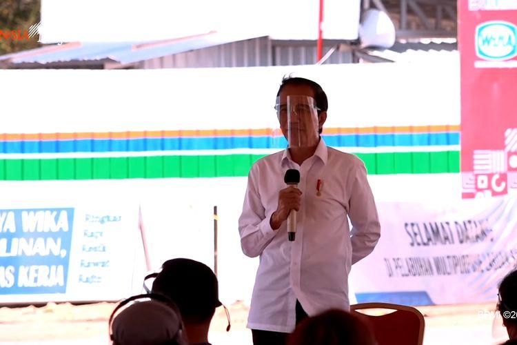 Presiden Joko Widodo memberikan bantuan modal kerja bagi para pelaku usaha mikro dan kecil dalam kunjungannya ke Labuan Bajo, Kabupaten Manggarai Barat, Nusa Tenggara Timur, Kamis (1/10/2020).