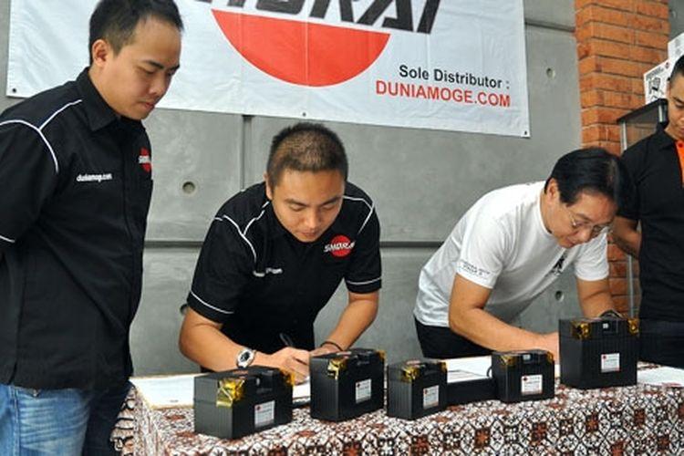 Direktur Dunia Moge Andy Setiawan (dua dari kiri) dan pimpinan ekspedisi Ring of Fire Youk Tanzil (tiga dari kanan) menandatangani perjanjian kerjasama, (13/5), di Cengkareng, Jakarta Barat.