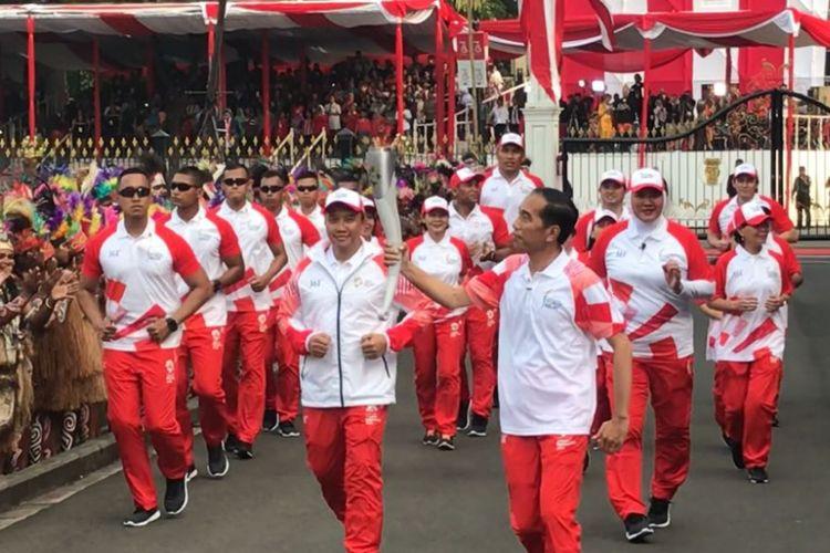 Presiden Joko Widodo saat menerima api obor Asian Games 2018 di Istana Kepresidenan, Jumat (17/8/2018).
