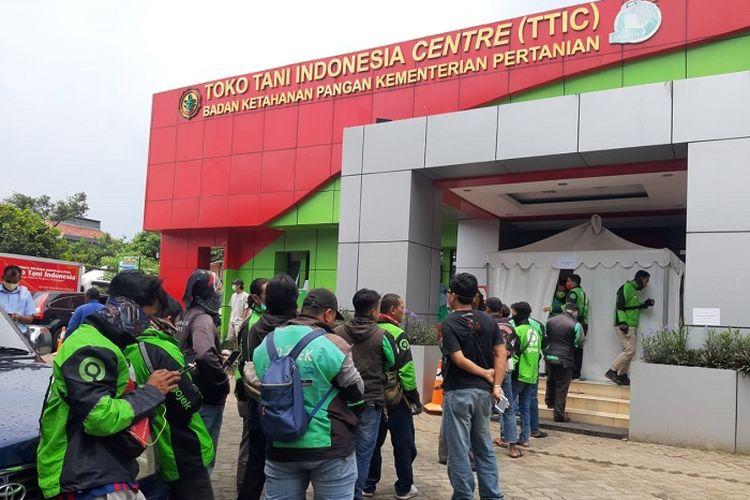 Suasana pembelian bahan pokok di Toko Tani Indonesia Center (TTIC), Pasar Minggu, Jakarta Selatan (Jaksel).