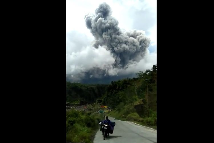 Tangkapan layar dari media sosial Facebook terkait awan panas guguran Gunung Merapi pada Rabu (27/1/2021).