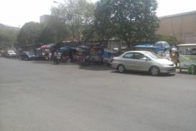 Parkir liar di Jl.Bukit Gading Indah, Kelapa Gading, Jakarta Utara Jumaat (26/09/2014)0