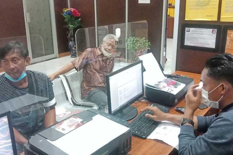 Andi Yazid (41) saat membuat laporan di Polrestabes Palembang usai istri dan kedua anaknya hilang usai menaiki travel gelap.