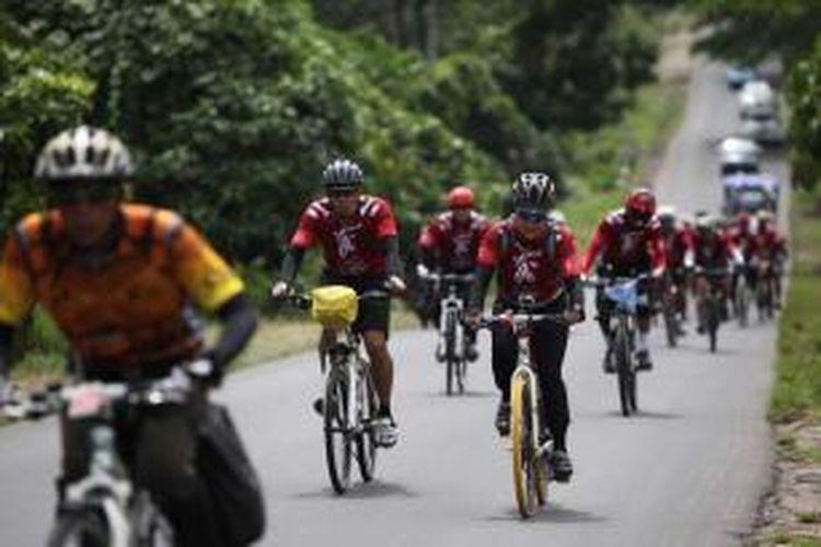 Tim Kompas Jelajah Sepeda Manado-Makasar memasuki Kecamatan Tenga, Minahasa Selatan, Sulawesi Utara, Selasa (19/8/2014). Etape kedua jelajah sepeda Manado-Makasar ditempuh sekitat 164 kilometer dari Amurang menuju Lolak.