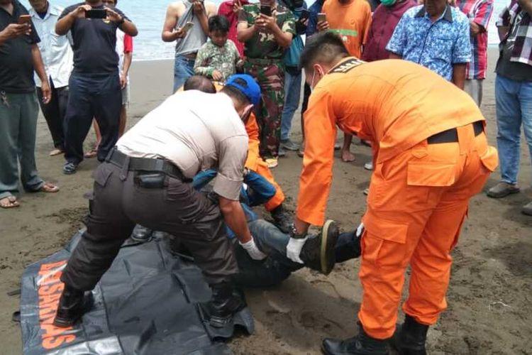 Evakuasi mayat laki-laki tanpa identitas di Pantai Teluk Penyu Cilacap, Jawa Tengah, Rabu (26/2/2020).