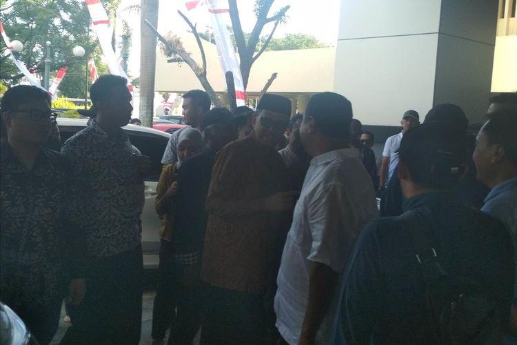 Gubernur Sulawesi Selatan Nurdin Abdullah (batik cokelat) saat tiba di halaman kantor DPRD Sulsel untuk menghadiri sidang hak angket DPRD Sulawesi Selatan, Kamis (1/8/2019).