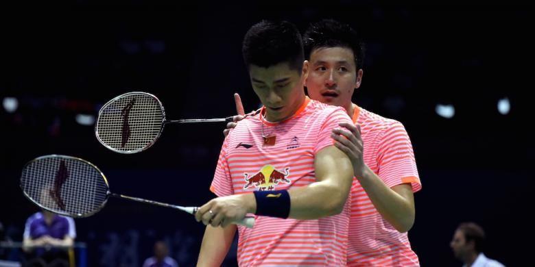 Pemain ganda putra China, Cai Yun (belakang)/Fu Haifeng, berdiskusi saat menghadapi pasangan Thailand, Bodin Issara/Pakkawat Vilailak, pada babak penyisihan Grup A Piala Sudirman di Dongguan, Tiongkok, Selasa (12/5/2015).