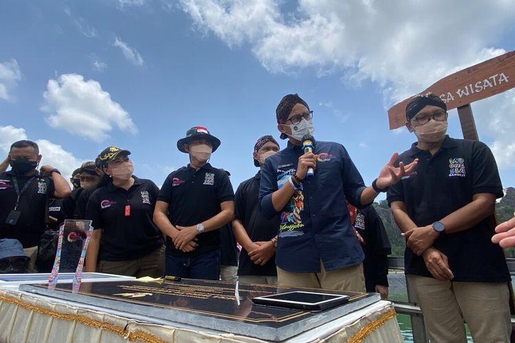 Menteri Pariwisata dan Ekonomi Kreatif Sandiaga Salahuddin Uno (Megang Mic) dan Bupati Gunungkidul Sunaryanta (Topi tentara) di Embung Nglanggeran, Patuk, Gunungkidul Senin (11/10/2021)