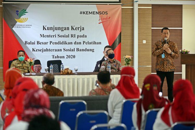 Menteri Sosial Juliari P. Batubara didampingi Kepala BP3S dan Dirjend PFM, saat memberikan arahan kepada jajaran Balai Besar Pendidikan dan Pelatihan Kesejahteraan Sosial (BBPPKS) Bandung, Jumat (29/5/2020).