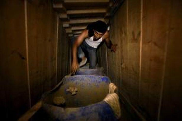 Warga Palestina bekerja di terowongan penyelundup di Rafah, daerah perbatasan antara Mesir dan selatan Jalur Gaza, 30 September 2013. Militer Mesir berupaya menghancurkan terowongan, konsekuensi dari ketegangan antara Kairo dan Hamas.