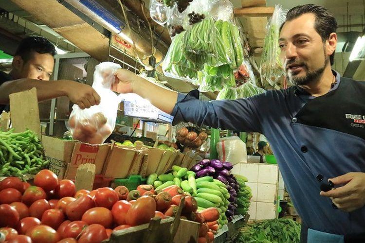 Koki asal Turki, Sezai Zorlu tengah membeli bawang bombay di Pasar Santa, Jakarta, Senin (5/6/2017). Sezai pertama kali datang ke pasar di Indonesia pada tahun 1999.