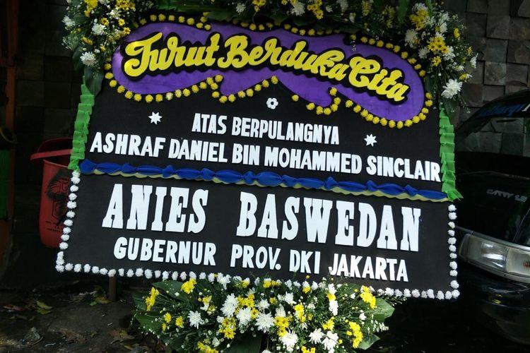 Karangan bunga dari Anies Baswedan, mengucapkan turut berduka atas meninggalnya Ashraf Sinclair