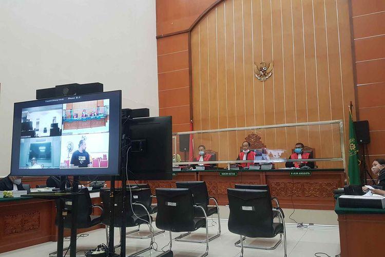 Suasana sidang lanjutan perkara pembunuhan berencana dan pengeroyokan yang menjeratJohn Keidan kawan-kawan di Pengadilan Negeri Jakarta Barat, pada Rabu (14/4/2021).