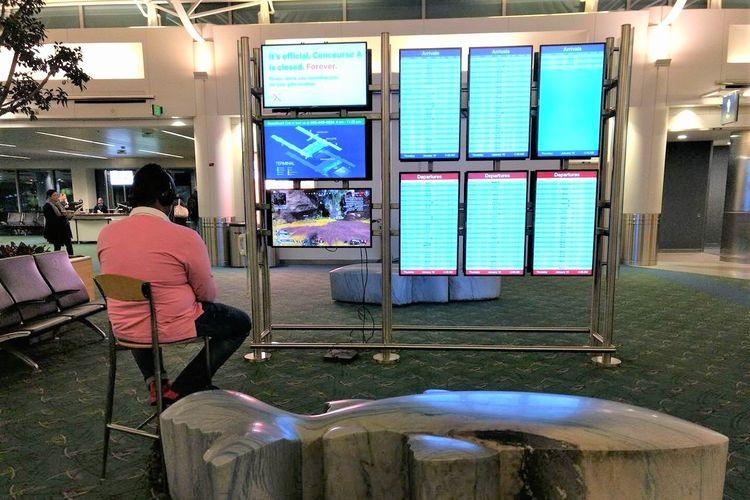 Seorang gamer bermain PS4 di bandara.