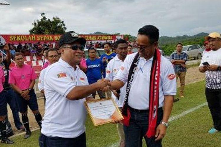 Pendiri Sekolah Sepak Bola Bintang Timur Atambua, Kabupaten Belu, NTT Fary Djemi Francis (kiri), menerima penghargaan dari Menpora Timor Leste, Leste Osorio Florindo.