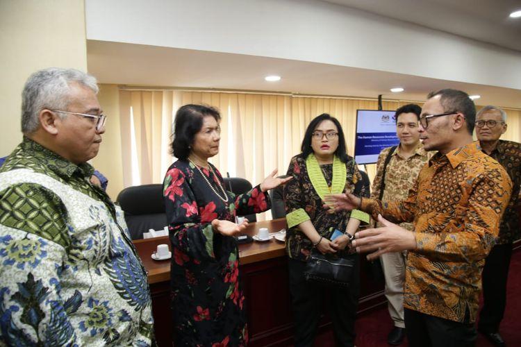 Menteri Ketenagakerjaan (Menaker) M. Hanif Dhakiri beserta Komite Pelatihan Vokasi Nasional (KPVN) melakukan pertemuan dengan CEO Human Resource Development Fund (HRDF) di Malaysia.