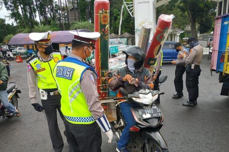 Petugas di salah satu Pos Penjagaan Perbatasan Kota Tasikmalaya meminta kendaraan pemudik berputar arah dalam rangka pencegahan penyebaran covid-19, Sabtu (2/5/2020).