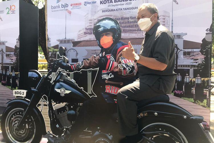 Wali Kota Bandung Oded M Danial saat meresmikan 3D-Trick Eye Hari Jadi Ke-210 Kota Bandung di Bandung, Selasa (29/9/2020).