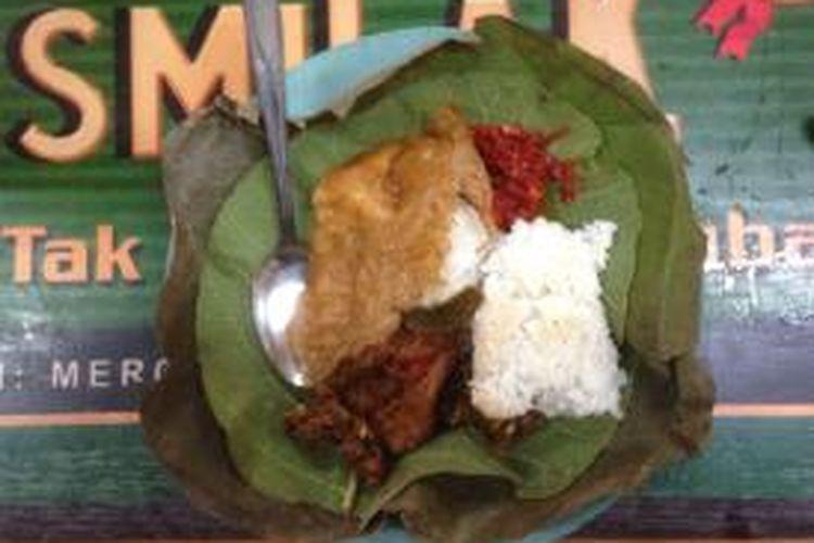 Seporsi nasi jamblang khas Cirebon.