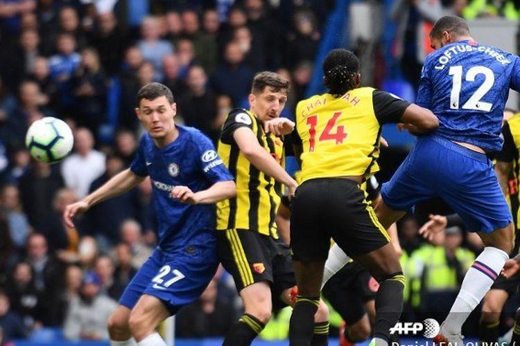 Gelandang Chelsea, Ruben Loftus-Cheek, menyundul bola untuk mencetak gol pembuka pada laga Chelsea vs Watford di Stadion Stamford Bridge, Minggu 5 Mei 2019.