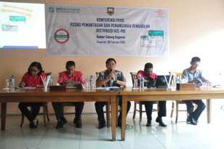 Kepala Kantor BPJS Kesehatan Cabang Ungaran, Juliansyah memberikan penjelasan dalam konferensi   pers posko pemantauan dan penanganan pengaduan distribusi KIS-PBI (P3DKIS) di Ungaran, Rabu (3/2/2016).