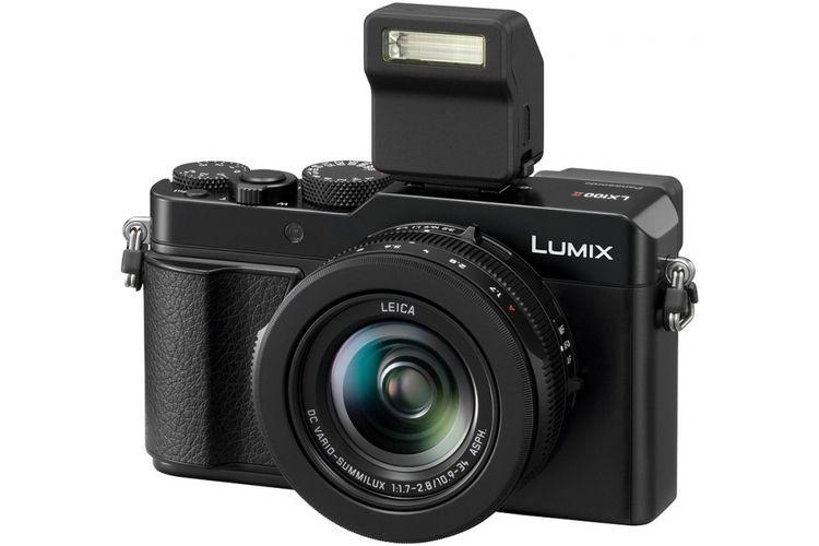 Kamera saku Panasonic LX100 II dengan unit flash clip-on eksternal.
