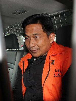 Tersangka kasus dugaan suap distribusi pupuk Bowo Sidik Pangarso berada di dalam mobil tahanan usai menjalani pemeriksaan di gedung KPK, Jakarta, Rabu (10/4/2019).  Bowo Sidik menjalani pemeriksaan sebagai tersangka  dalam kasus dugaan suap pelaksanaan kerja sama bidang pelayaran antara PT Pupuk Indonesia Logistik (Pilog) dengan PT Humpuss Transportasi Kimia (HTK) dan penerimaan lain terkait jabatan. ANTARA FOTO/Reno Esnir/wsj.