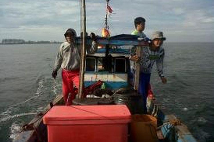 Kapal yang disewa untuk memancing mulai meninggalkan Dermaga Nelayan Kota Bengkulu, Pulau Baai.