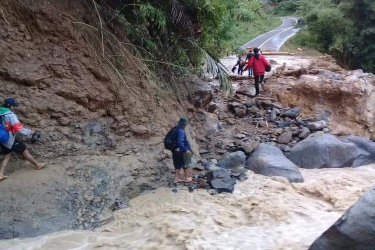 Jalan di Manggarai Barat, NTT yang terputus akibat banjir dan longsor