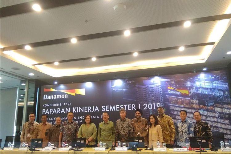 Jajaran Direksi Bank Danamon saat memaparkan kinerja keuangan semester I 2019 Bank Danamon di Jakarta, Rabu (24/7/2019).