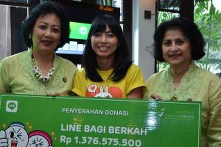 Ira Soelistyo dari YKAKI (paling kiri) secara simbolis menerima hasil donasi dari Line Bagi Berkah yang diserahkan oleh Galuh Chandrakirana, Line Senior Manager Indonesia (tengah) di Jakarta, Kamis (14/8/2014).