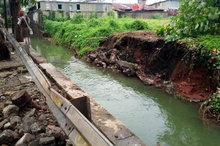 Tamggul Kali Uangan di Jalan Swadarma, Pesanggrahan jebol, Selasa (14/11/2017).
