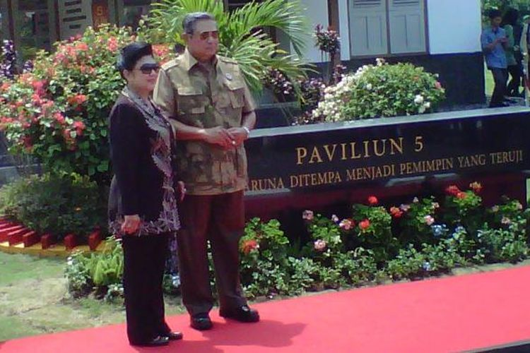 Presiden Susilo Bambang Yudhoyono bersama Ibu Ani Yudhoyono saat meresmikan Museum Paviliun 5 di Akmil Magelang, Jumat (17/10/2014).