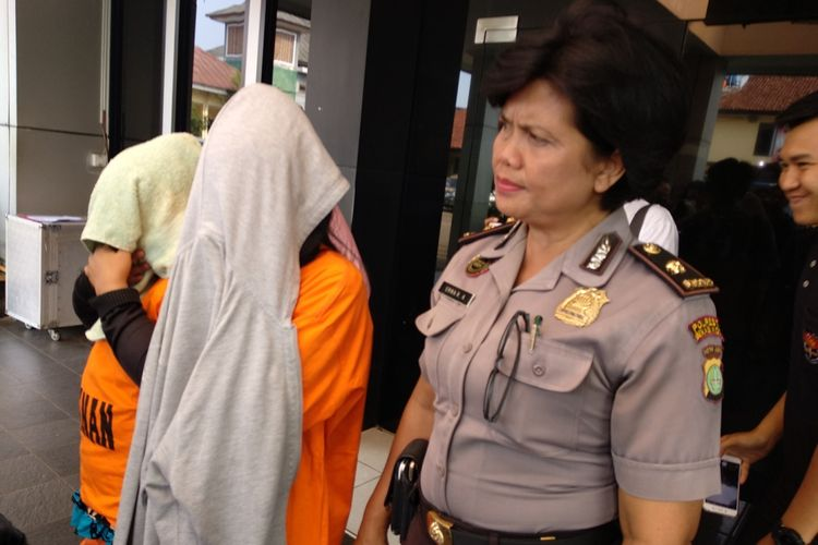 Petugas Polres Metro Bekasi Kota menangkap dua pelaku perdagangan orang ke Nabire, Papua