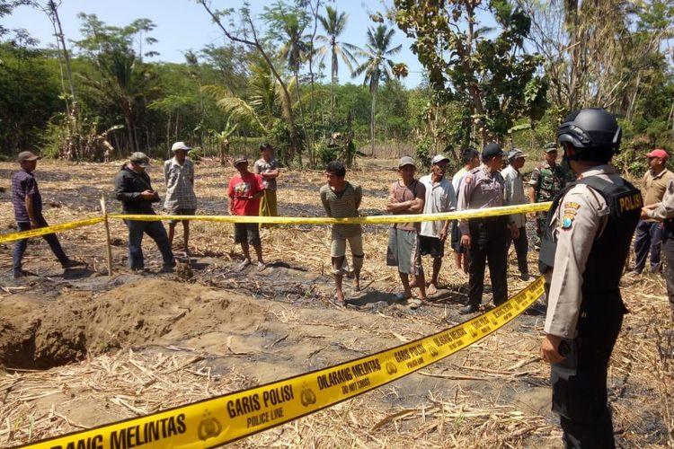 Lokasi jatuhnya bom latih dipasang garis polisi dan membuat lubang cukup dalam di tanah.