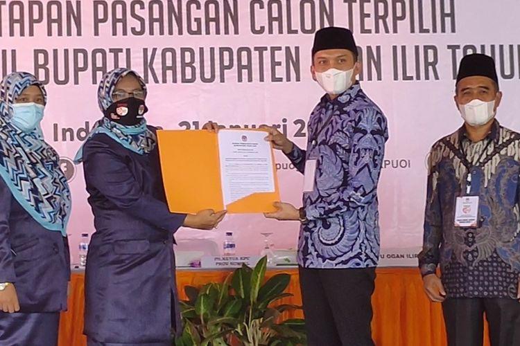 Ketua KPU Ogan Ilir Massuriyati menyerahkan salinan Surat Ketetapan pasangan Panca Wijaya Akbar-Ardani sebagai Bupati dan Wakil Bupati Ogan Ilir terpilih kepada Panca Wijaya Akbar.