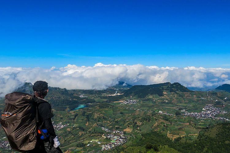 Kawasan Dataran Tinggi Dieng dilihat dari Gunung Prau.