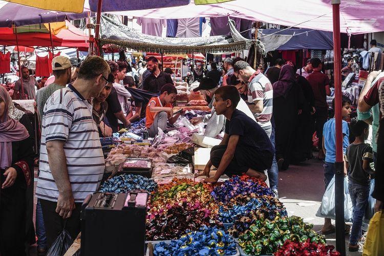 Warga Palestina berbelanja di pasar menjelang liburan Idul Fitri di Gaza City pada 2 Juni 2019. (AFP/MAHMUD HAMS)