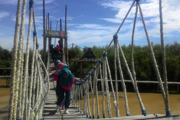 Jembatan Gantung Api Abadi di Mangrove Jembatan Api-api di Kulon Progo, DI Yogyakarta merupakan salah satu lokasi yang paling disukai pengunjung. Selain menguji nyali, mereka juga menjadikan spot foto menarik.