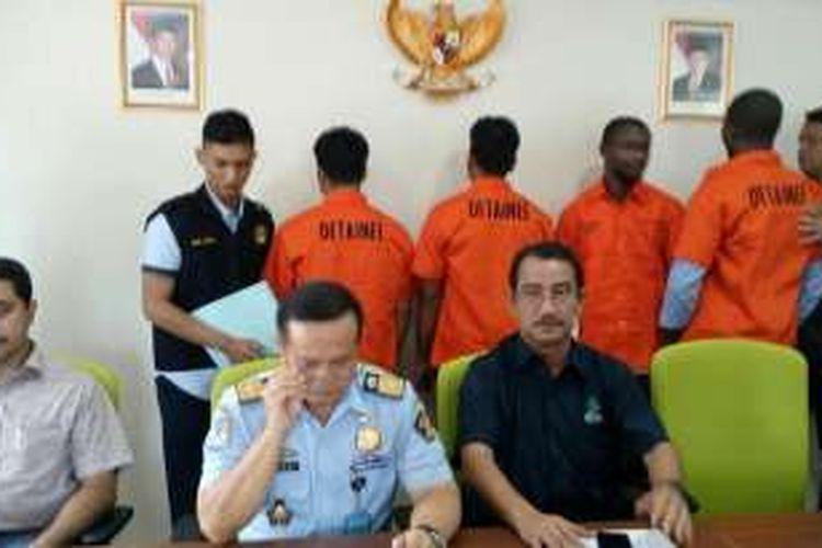 Empat warga negara asal Bangladesh dan Nigeria di Kalibata City yang ditahan Kantor Imigrasi setelah dilaporkan membuat onar serta diduga melanggar izin tinggal, Selasa (11/10/2016).