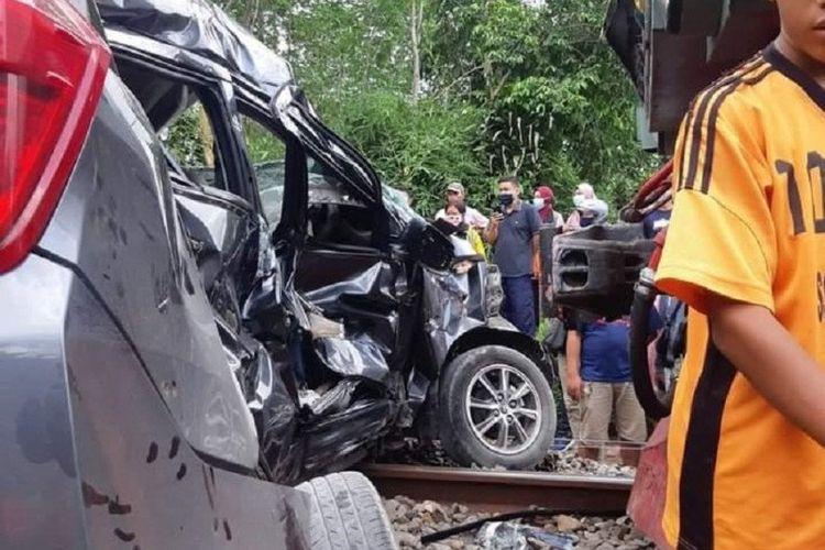 Warga membantu evakuasi korban kecelakaan antara kereta api dengan mobil di Kelurahan Talun, Kecamatan Talun, Kabupaten Blitar, Jawa Timur, Minggu (15/11/2020).